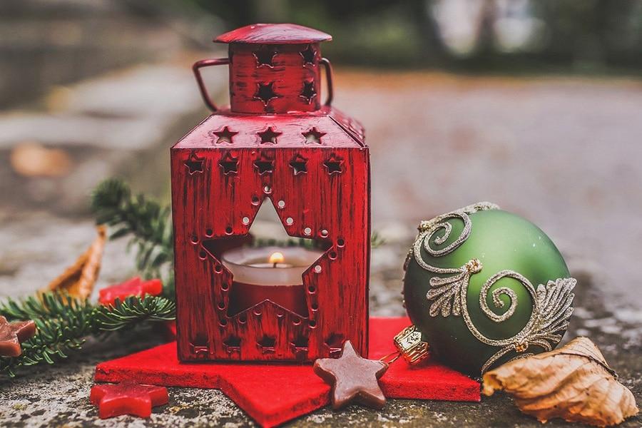 Świąteczne dekorowanie lampami