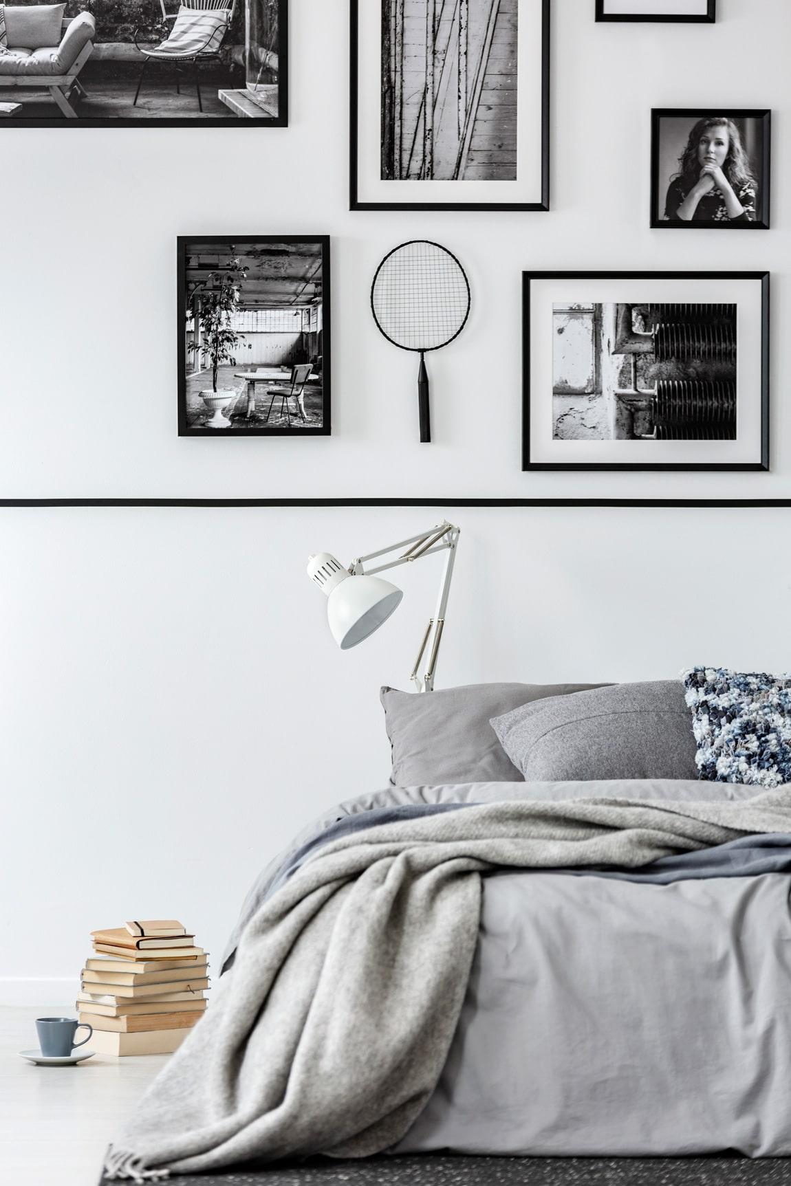 Obrazki na ścianie w sypialni