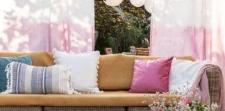 wiosenne dekoracje w salonie