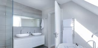 Biało szara łazienka
