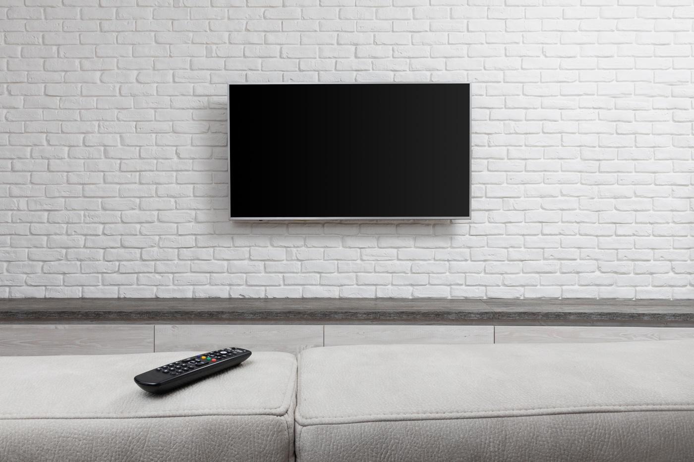 Cegła na ścianie za telewizorem