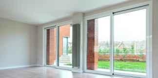 Duże okna w salonie