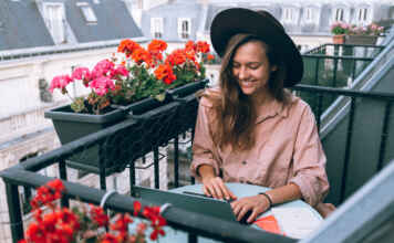 Kobieta na balkonie z kwiatami i osłoną balkonową