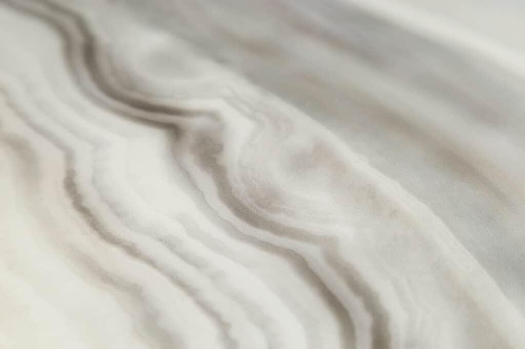 Płytki ceramiczne tworzące efekt łazienki z kamienia