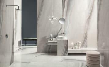 Łazienka z płytkami tworzącymi efekt kamienia na ścianę