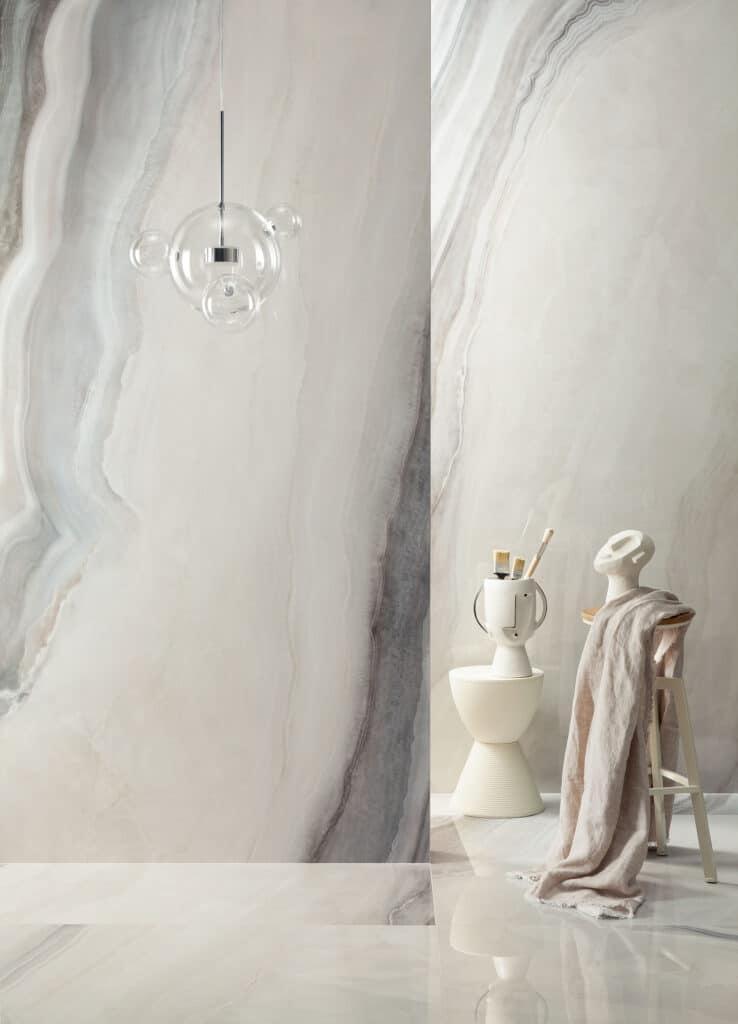 Płytki przypominające kamień na ścianę i podłogę w łazience