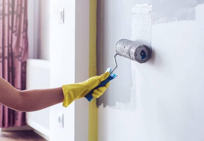 Farba lateksowa na ścianie w domu