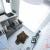 Dekoracja okien: Białe drewniane żaluzje